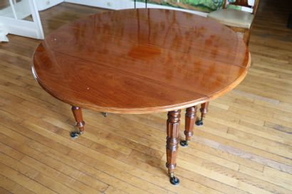 Table ronde en acajou, pieds tournés  XIXe...