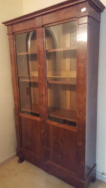 Bibliothèque en acajou, ouvrant à deux portes...