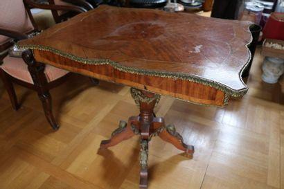 Table de milieu, en bois de placage et bronze...