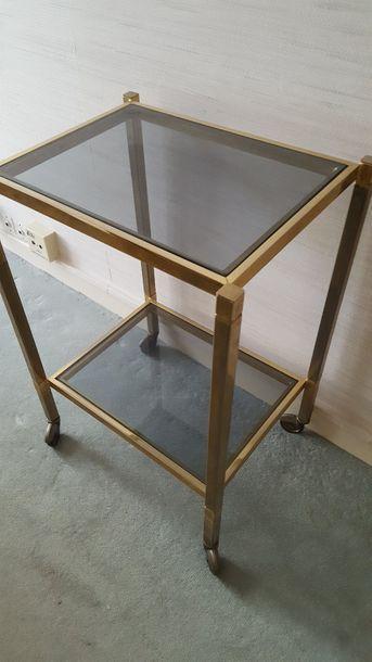 Table roulante en laiton doré, à deux plateaux...