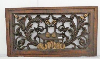 Elément en bois sculpté à décor de ruche...