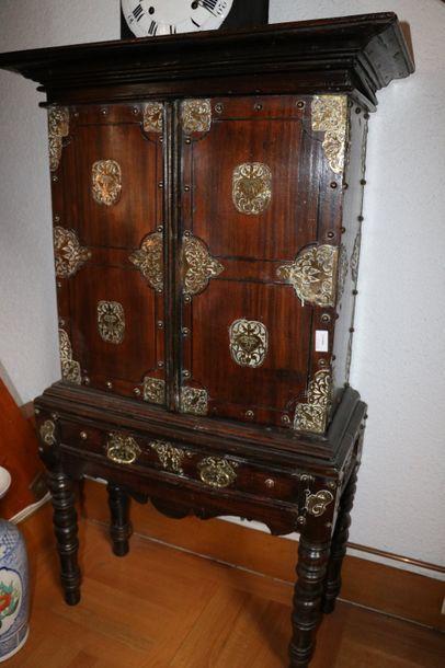 Cabinet en bois naturel en deux parties ouvrant...