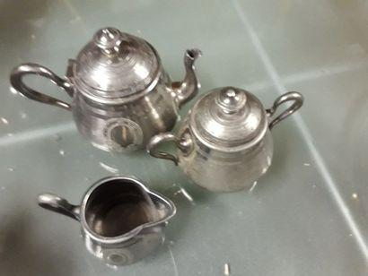 Petite théière, pot à lait et sucrier couvert...