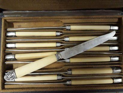 Onze couteaux à fruits, manches en os, lames...