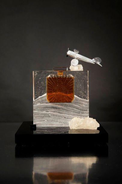 """Flacon sculpture """"hommage à vol de nuit de Guerlain, présenté sur socle en résine..."""