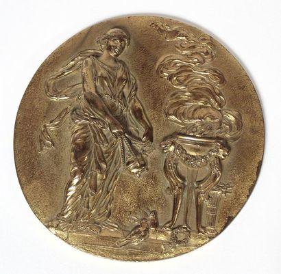 MEDAILLON rond en bronze doré, à décor en...