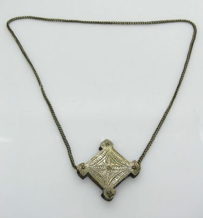 COLLIER en métal argenté, la chaine retenant...