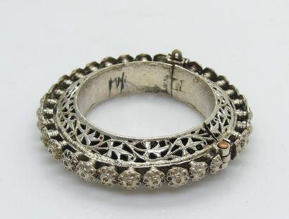 BRACELET rigide ouvrant en métal argenté...
