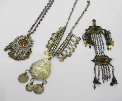 DEUX COLLIERS en métal et pieces de monnaie...