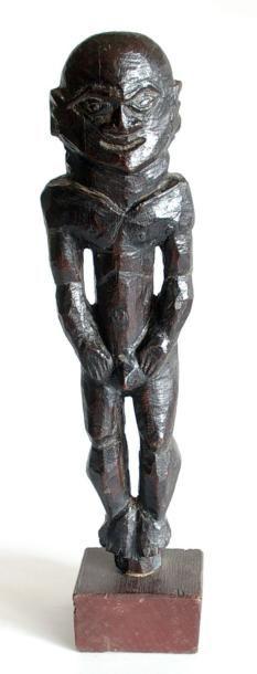 Personnage masculin debout en bois sculpté...