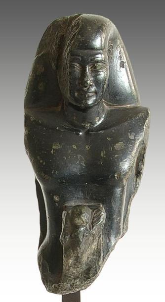 Buste de statuette théophore. Elle représente...