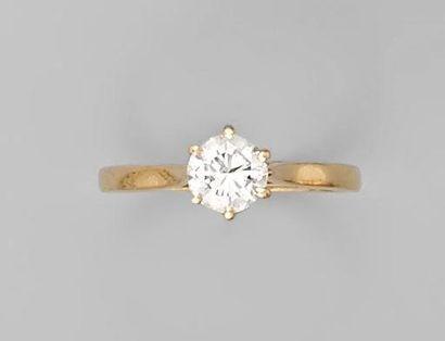 BAGUE en or jaune, ornée d'un diamant taille...