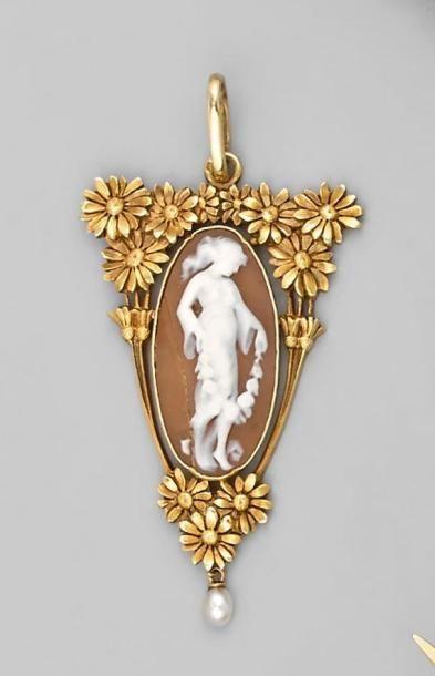 PENDENTIF en or jaune à décor de marguerite...