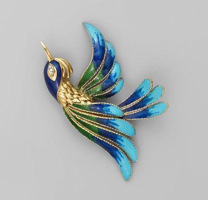 """MAUBOUSSIN. BROCHE """"Oiseau de Paradis"""" en or jaune guilloché et émaillé vert, bleu..."""