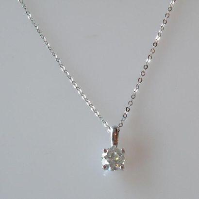 PENDENTIF en or blanc serti à griffes d'un diamant taille brillant et CHAINE en...