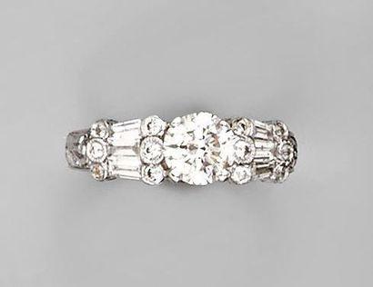 BAGUE en or blanc ornée d'un diamant taille brillant accosté de diamants ronds et...