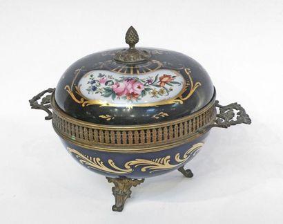 Important POT-POURRI en porcelaine bleu,...