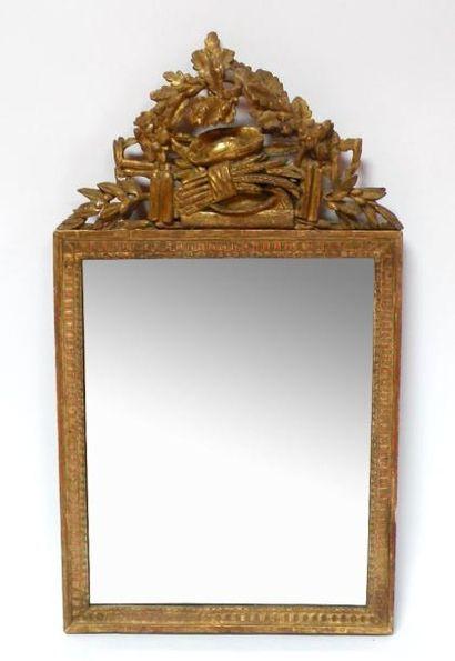 GLACE en bois sculpté et doré, l'encadrement...