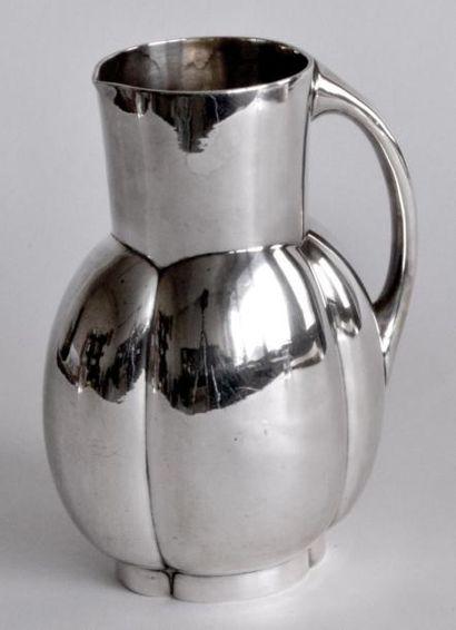 GALLIA. PICHET en métal argenté, le col droit,...