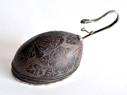 NOIX DE COCO sculptée, montée en métal argenté,...