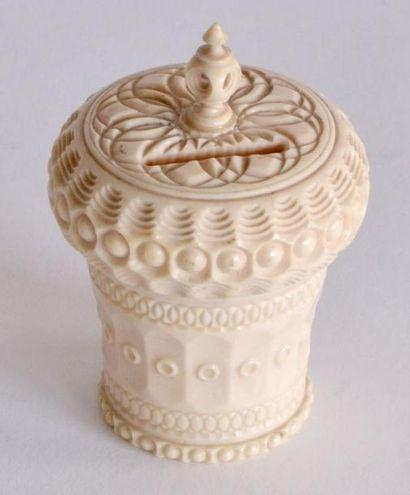 DIEPPE. TIRELIRE en ivoire, entièrement sculptée...