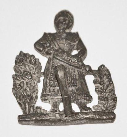 CROCHET en bronze à décor d'une femme jouant...