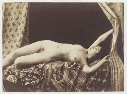 [NU]. Nu renversé bras levés. Vers 1854. Épreuve d'époque sur papier salé albuminé...