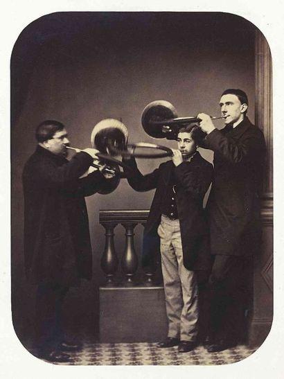 [MUSIQUE]. Trois sonneurs de cor de chasse...