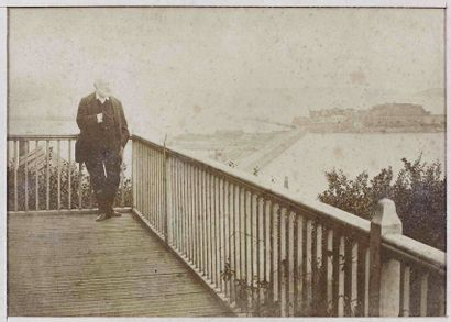 [VICTOR HUGO]. Victor Hugo dans sa propriété...