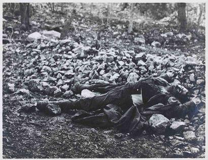[GUERRE 1914-1918]. Cadavre au sol. 1916....