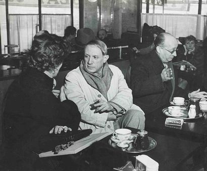 BRASSAÏ [Gyula Halász, dit] (1899-1984). Picasso au café de Flore. Paris. Vers 1939....