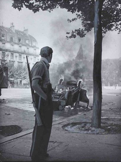 Robert DOISNEAU (1912-1994). Place Saint-Michel. Paris. Août 1944. Épreuve gélatino-argentique...