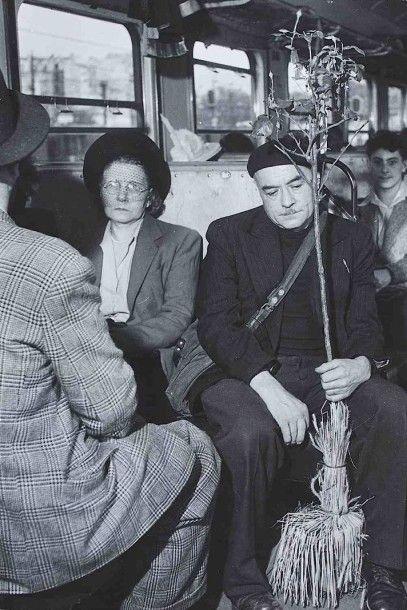 Robert DOISNEAU (1912-1994). Dans le train de Juvisy. 1947. Épreuve gélatino-argentique...