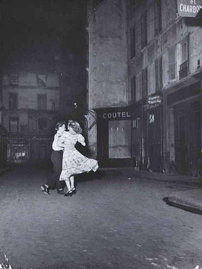 Robert DOISNEAU (1912-1994). La dernière valse du 14 juillet. 1949. Épreuve gélatino-argentique...