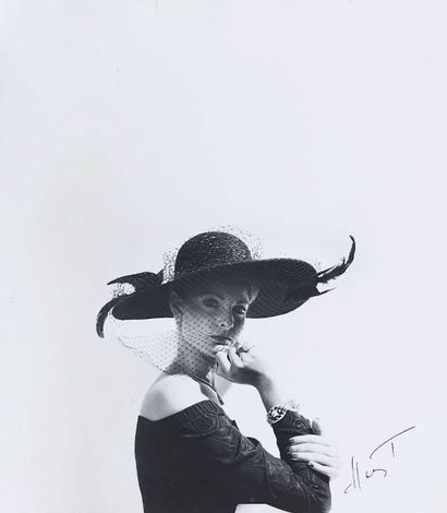 Horst P. HORST (1906-1999). Fashion hat. Vers 1950. Épreuve gélatino-argentique...