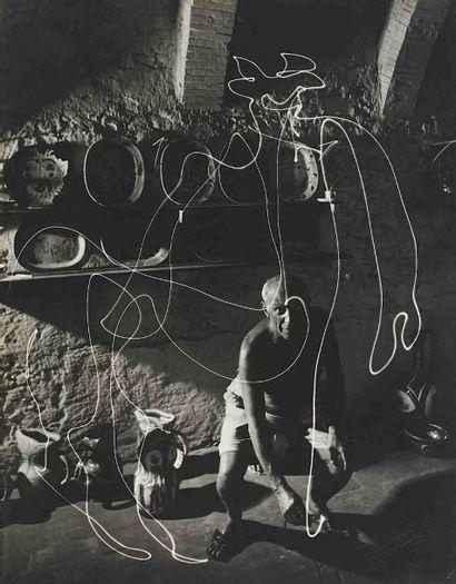 Gjon MILI (1904-1984). Picasso dessinant un centaure. 1949. Épreuve gélatino-argentique...