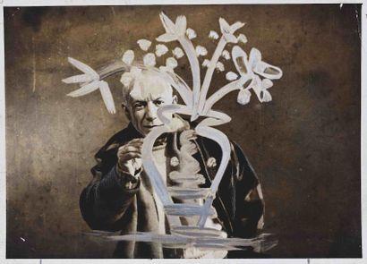 Paul HAESAERTS (1901-1974). Travaillant sur un verre, Picasso trace un vase et un...