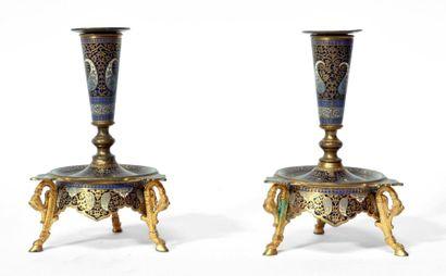 Paire de BOUGEOIRS en bronze doré finement cloisonné d'émaux polychromes à décor...