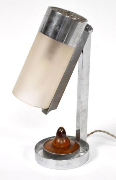 LAMPE moderniste en métal chromé, la tête...