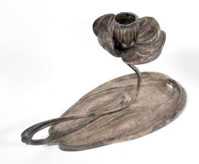 BOUGEOIR à main en bronze argenté, en forme...