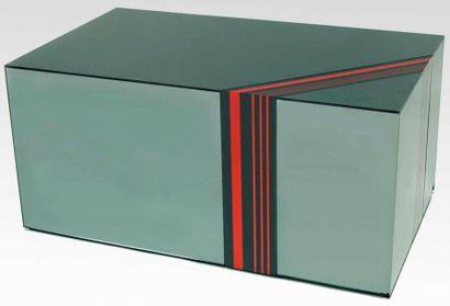 Jean Claude FARHI (1940-2012), attribué à. TABLE basse entièrement plaquée de miroir...