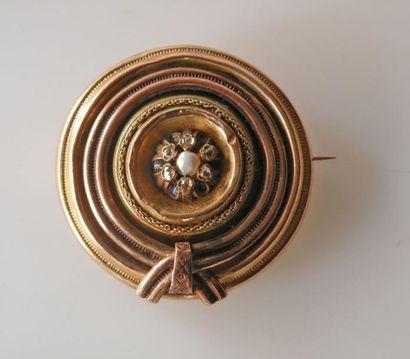 BROCHE en or jaune guilloché à décor de ruban,...