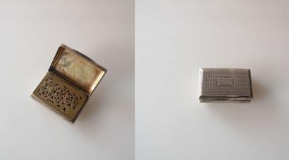 VINAIGRETTE en argent guilloché, le couvercle monogrammé, l'intérieur ajouré vermeillé....
