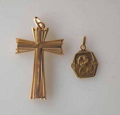LOT en or jaune, comprenant une CROIX montée en pendentif et une MEDAILLE à décor...
