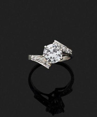 BAGUE en platine ornée d'un diamant monté...