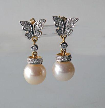 Paire de PENDANTS d'oreilles en or jaune, le motif papillon serti de diamants retenant...