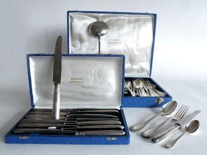 *BOULENGER. MENAGERE en métal argenté comprenant douze couverts, douze couteaux,...
