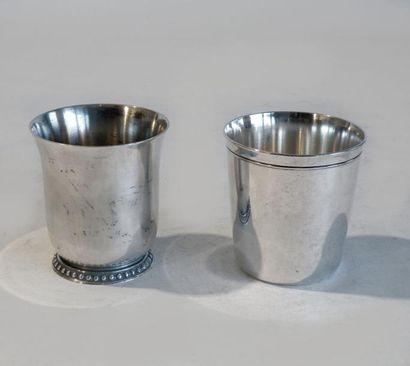 ERCUIS. TIMBALE en métal argenté, le col...