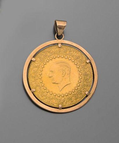 PIECE en or à l'effigie d'Atatürk, monté...