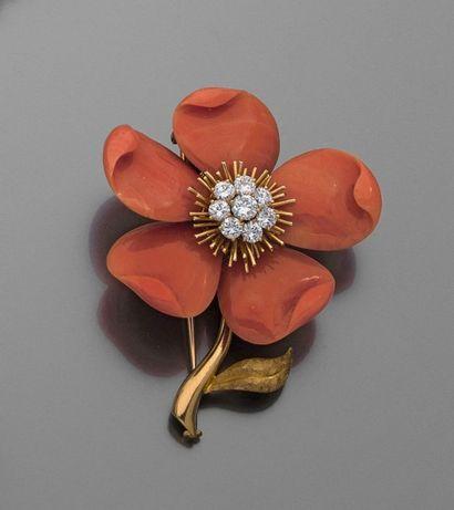 """VAN CLEEF & ARPELS. BROCHE """"Rose de Noël"""" en or jaune, les pétales de corail sculpté,..."""